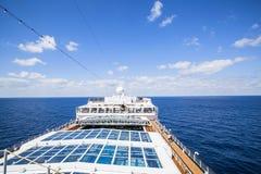 Kreuzschiff-Costa Luminosa Touristen entspannen sich und nehmen ein Sonnenbad an dem oberen Dezember Stockbilder