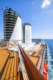 Kreuzschiff-Costa Luminosa Touristen entspannen sich und nehmen ein Sonnenbad an dem oberen Dezember Stockfotografie