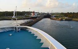 Kreuzschiff, das dem Panamakanal sich nähert Stockbild