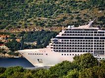 Kreuzschiff, das in Dubrovnic in Kroatien kommt Stockbilder