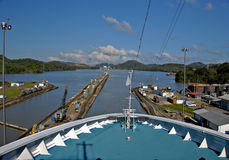 Kreuzschiff, das durch den Panamakanal überschreitet Lizenzfreie Stockfotos