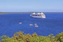 Kreuzschiff, das für Tsunami, Lifou, South Pacific erwartet Stockfoto