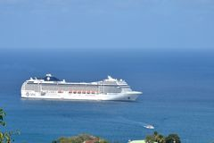 Kreuzschiff, das in Hafen kommt Stockfotos