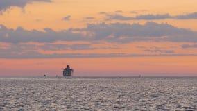 Kreuzschiff, das Hafen in Meer lässt stock video footage