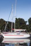 Kreuzschiff, das im Wasser widergespiegelt wird Lizenzfreie Stockfotos