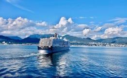 Kreuzschiff, das vom Hafen von Vancouver sich entfernt und nach Alaska segelt Stockfotografie