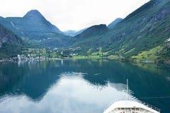 Kreuzschiff, das zu Geiranger, Norwegen geht. Lizenzfreies Stockbild