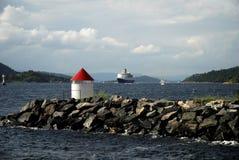 Kreuzschiff in den norwegischen Fjorden Lizenzfreies Stockfoto
