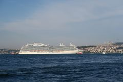 Kreuzschiff in der Bosphorus-Straße in Istanbul, die Türkei lizenzfreies stockbild
