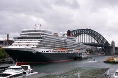 Kreuzschiff der Königin Elizabeth im Sydney-Hafen. Lizenzfreie Stockfotografie