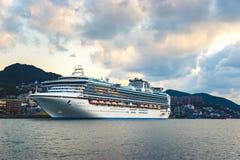 Kreuzschiff 'Diamond Princess' im Hafen von Nagasaki Stockfotografie