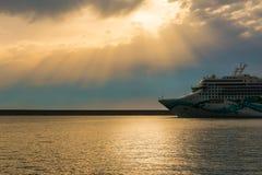Kreuzschiff in einem bewölkten Sonnenuntergang lizenzfreie stockfotografie