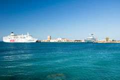 Kreuzschiff in einem Hafen. Griechenland, Rhodos. Lizenzfreie Stockbilder