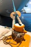 Kreuzschiff gebunden am Dock von Rope Stockfotos
