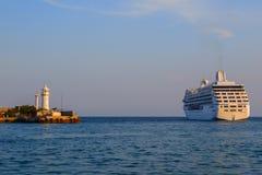 Kreuzschiff geht zum Meer Stockfotos
