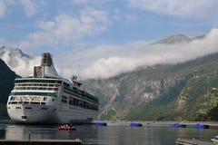 Kreuzschiff in Geirangerfjord lizenzfreie stockfotos