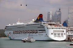 Kreuzschiff am Hafen in Singapur Stockfotografie