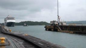 Kreuzschiff (Hollandamerica-Kreuzfahrt Linie) in Panamakanal stock video footage