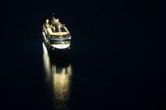 Kreuzschiff im adriatischen Meer nachts Lizenzfreie Stockfotos