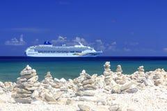 Kreuzschiff im blauen karibischen Wasser Stockfotos