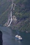 Kreuzschiff im Geiranger Fjord Stockfotos