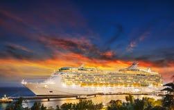 Kreuzschiff im Hafen auf Sonnenuntergang stockfotos