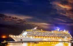 Kreuzschiff im Hafen auf Sonnenuntergang lizenzfreies stockbild