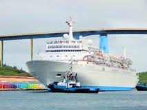 Kreuzschiff im Hafen von Willemstad, Curaçao in den Karibischen Meeren Lizenzfreies Stockfoto