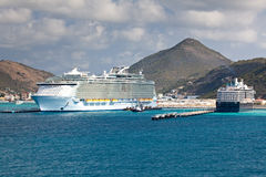 Kreuzschiff im karibischen Meer Lizenzfreies Stockfoto