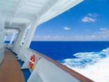 Kreuzschiff im karibischen Meer. Stockfoto