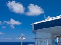 Kreuzschiff im karibischen Meer. Stockbilder
