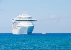 Kreuzschiff im karibischen Meer. Stockfotografie