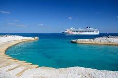 Kreuzschiff im Meer Stockbild