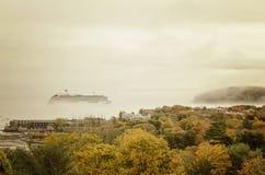 Kreuzschiff im Nebel Stockfotos