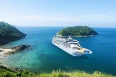 Kreuzschiff im Ozean mit blauem Himmel Stockbild