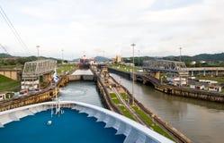 Kreuzschiff im Panamakanal Stockbild
