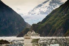 Kreuzschiff im Tracy Arm-Fjord, Alaska Lizenzfreies Stockbild