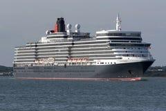 Kreuzschiff-Königin Elizabeth auf Southampton-Wasser Großbritannien stockfotografie