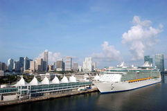 Kreuzschiff am Kanal von Miami Lizenzfreies Stockfoto