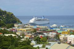Kreuzschiff in Kingstown-Hafen in St. Vincent Stockbilder