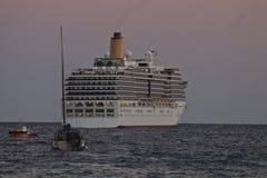 Kreuzschiff lässt den Hafen spät am Abend Stockfotos