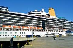 Kreuzschiff mit Abreise-Passagieren Stockfotos