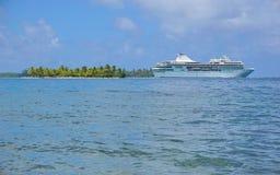Kreuzschiff mit Huahine-Französisch-Polynesien der kleinen Insel Lizenzfreies Stockbild