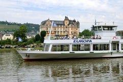 Kreuzschiff mit Passagieren auf dem Mosel-Fluss Stockfoto