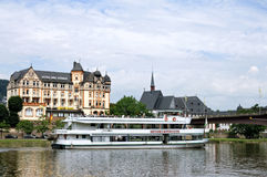 Kreuzschiff mit Passagieren auf dem Mosel-Fluss Stockbilder