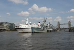 Kreuzschiff mit Turm-Brücke London Lizenzfreie Stockfotos