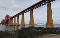 Kreuzschiff mit weiter Bahnbrücke Stockbild