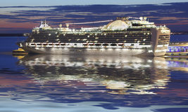 Kreuzschiff nachts Lizenzfreies Stockfoto