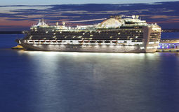Kreuzschiff nachts lizenzfreie stockfotografie