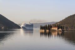 Kreuzschiff nahe Insel montenegro Kotor Stockbilder